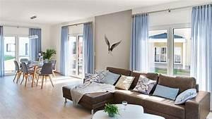 Wohnzimmer Mit Brauner Couch : wohn esszimmer brauner holzfu boden wei und graue w nde bodentiefe fenster blaue gardinen ~ Markanthonyermac.com Haus und Dekorationen