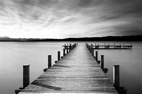 Steg am See in schwarz weiss – alpineSTOCK.com