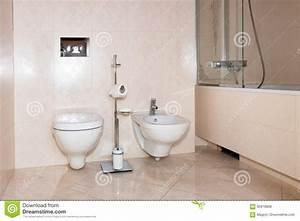 Toilette Mit Dusche : fragment eines luxusbadezimmers exklusives modernes badezimmer mit toilette bidet und dusche ~ Watch28wear.com Haus und Dekorationen