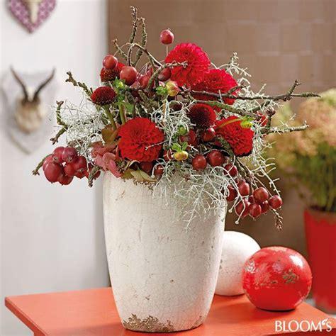 Herbstdeko Für Gartentisch by Herbstdeko Ideen In Leuchtendem Rot Gesteck Mit