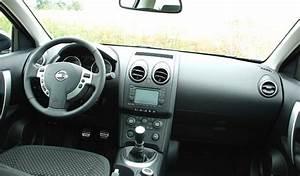 Interieur Nissan Qashqai : essai comparatif nissan qashqai 2 0 dci 150 ch vs peugeot 3008 2 0 hdi 150 ch ~ Medecine-chirurgie-esthetiques.com Avis de Voitures