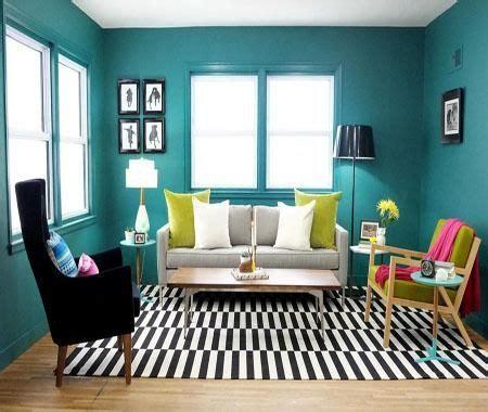 contoh warna cat ruang tamu  terlihat luas