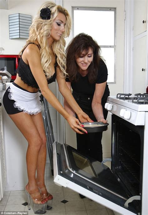 Courtney Stodden Celebrates Mother S Day By Baking A Cake