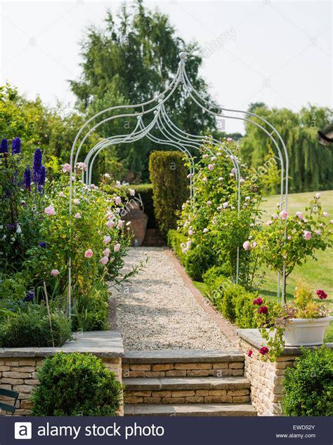 Gärten Der Cotswolds by Weg Mit Schmiedeeisernen Pergola Kies Und Bl 252 Hende