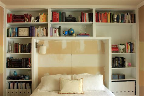 Bedroom Shelf Ideas by Guest Bedroom Books On Shelves