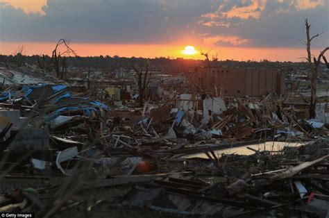 joplin mo tornado    dead  twister cuts  mile