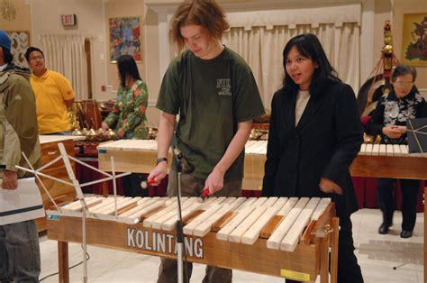 Kolintang adalah alat musik daerah yang berasal dari daerah sulawesi utara. SEJARAH KOLINTANG - TIAT STP TRISAKTI