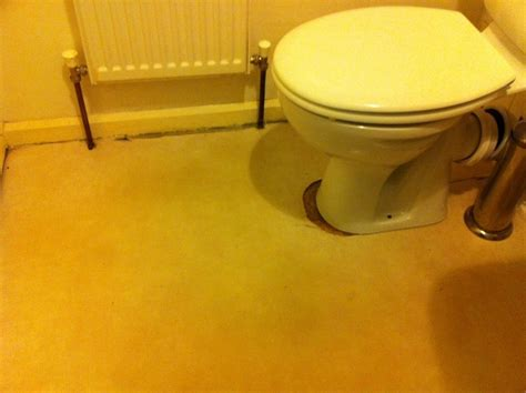 Laying vinyl/Lino flooring in bathroom   Flooring job in