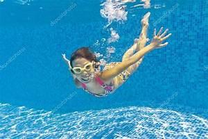 Rustine Piscine Sous L Eau : heureux enfant nage sous l 39 eau dans la piscine photographie jaysi 9400737 ~ Farleysfitness.com Idées de Décoration