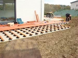 poser des caillebotis en bois sur plots r glables With pose de terrasse bois