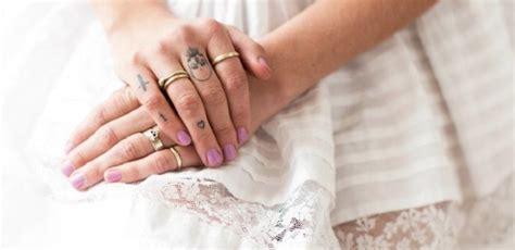 le tatouage au doigt discret  elegant  valide