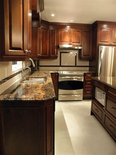 armoire de cuisine classique en bois avec comptoir de granit r 233 alisations