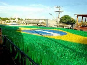 Decorações e Clima da Copa inundam ruas do Brasil