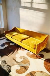 grand plaid pour canapé la déco intérieure avec la couleur ocre en 40 photos
