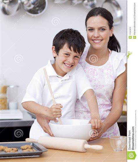 m 232 re et fils riant dans la cuisine photo stock image 11541870