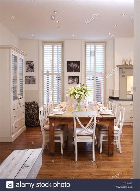 foto sala da pranzo sedie bianche in legno semplice tabella in e