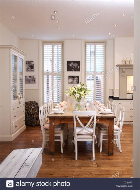 sala da pranzo moderna sedie bianche in legno semplice tabella in e