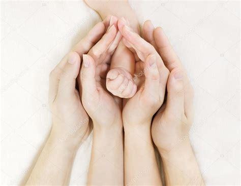si馮e de familles mains de bébé enfant nouveau né dans mère père parents mains photographie inarik 51852827