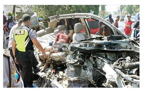 mobil ringsek tiga remaja tewas