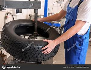 Changement Pneu Voiture : m canicien changement pneu voiture dans centre service photographie belchonock 193144858 ~ Medecine-chirurgie-esthetiques.com Avis de Voitures