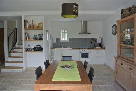 photo de cuisine ouverte sur sejour gite de charme avec spa privé entre nimes et montpellier