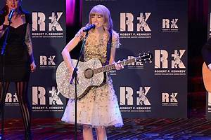Taylor Swift Reveals the Best Christmas Gift She's Ever ...
