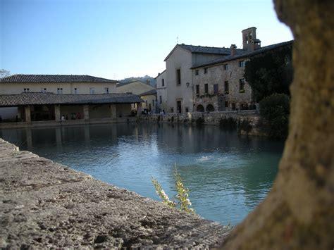 bagno vignoni piscina borgo con antiche terme toscane