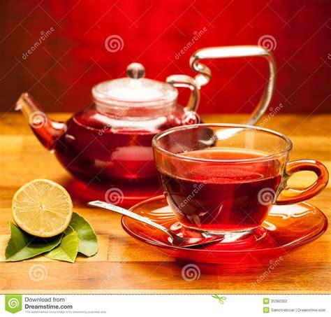 arriere plan bureau une tasse de thé chaud avec la théière à l 39 arrière plan