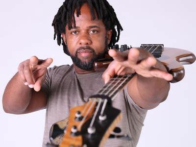Mūsdienu basa ģitāras spēles virtuozs - amerikāņu mūziķis ...