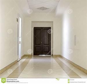 Porte De Couloir : couloir blanc avec le plancher de marbre et la porte brune image stock image du int rieur ~ Nature-et-papiers.com Idées de Décoration