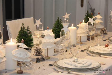 weihnachtliche tischdekoration mit tortenspitzenbaeumchen