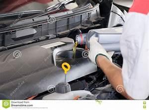 Huile Voiture Diesel : m canicien de service versant le nouveau lubrifiant d 39 huile dans le moteur de voiture image ~ Medecine-chirurgie-esthetiques.com Avis de Voitures