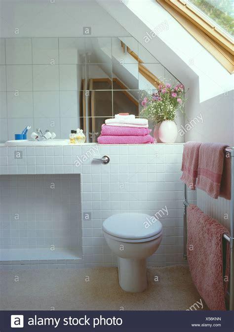 fliesen an wand spiegel fliesen an wand 252 ber toilette im wei 223 en dachgeschoss badezimmer mit rosa handt 252 cher
