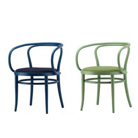 la maison de la chaise thonet donne de la couleur à la célèbre chaise 209