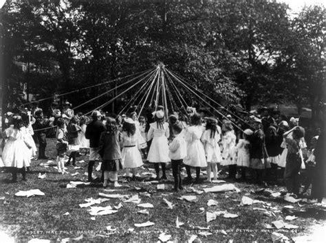 Maypole Dance, Central Park, Ny, 1905 Cph.3b18401.jpg