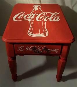 Coca Cola Möbel : vintage looking custom hand painted coca cola end table coke classic bottle caps coca cola ~ Indierocktalk.com Haus und Dekorationen
