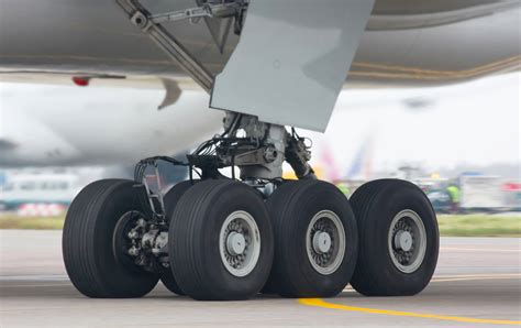 File:Boeing-777-300 chassis.jpg - Wikimedia Commons