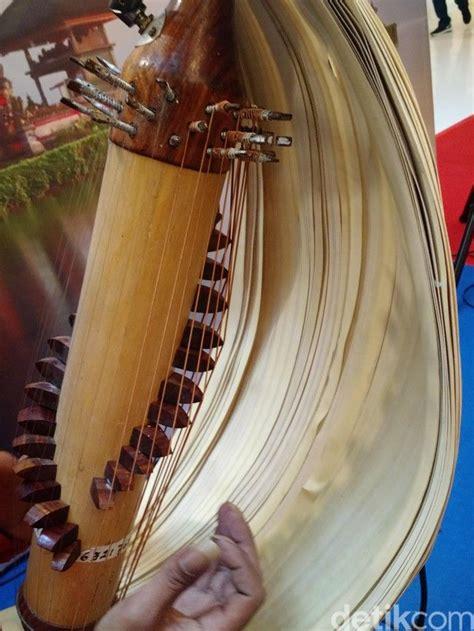 Alat musik merupakan suatu instrumen yang dibuat atau dimodifikasi untuk tujuan menghasilkan musik. Sasando, Alat Musik yang Menolak Pembekuan Tradisi | Musik, Yang, Bangtan