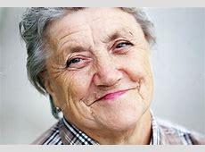 Glückliche Oma Gesicht auf einem grauen Hintergrund