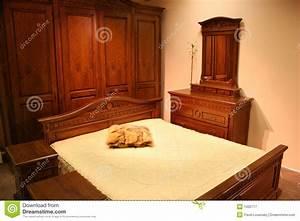 chambre a coucher en bois rouge photographie stock libre With les chambre a coucher en bois