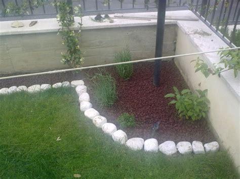 giardini con aiuole aiuole con sassi e fiori