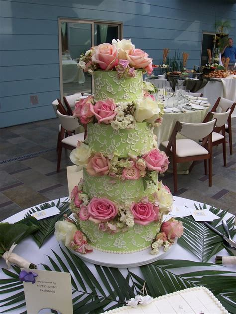 Cakes Decorated With Fresh Flowers by Fresh Flowers To Decorate Your Wedding Cake
