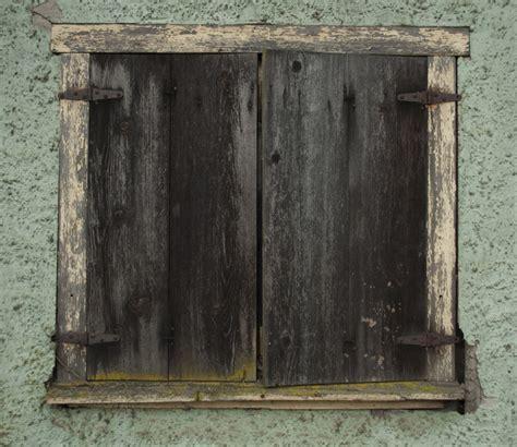 vieux volets en bois vieux volet en bois remplacer les bons vieux volets en bois avec de nouveaux volets 233 lectriques