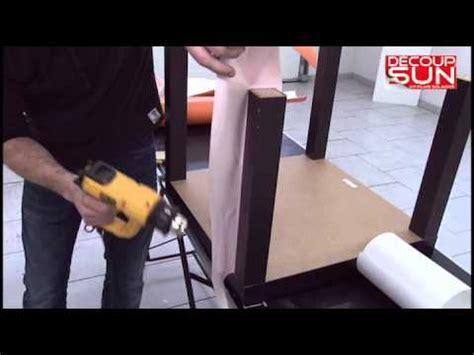 customiser cuisine en bois démonstration de pose de adhésifs décoratifs pour