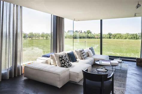rideaux fenetres cuisine maison bois contemporaine avec sa grande façade vitrée en