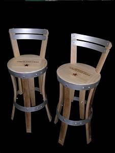 Chaises de bar realisees en douelles de tonneaux teintes for Deco cuisine avec chaise design cuir