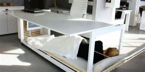 o bureau sieste au travail ce bureau lit pour être plus performant