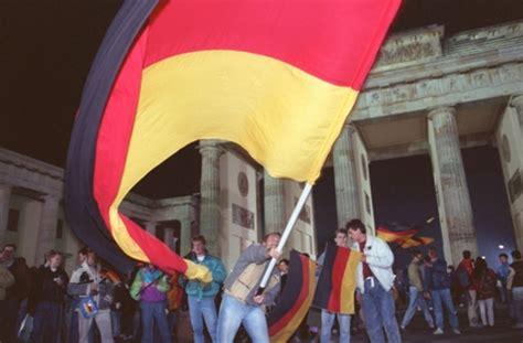 Tag der deutschen einheit) is een nationale feestdag in duitsland die gevierd wordt op 3 oktober, de verjaardag van de duitse hereniging in 1990. Tag der Deutschen Einheit: Junge Leute schreiben ...