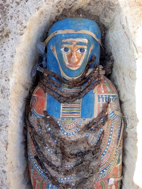 ancient egyptian mummies discovered   older pyramid