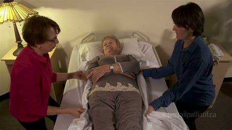 comment faire une toilette au lit d une personne agee tourner une personne au lit
